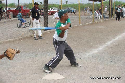 Alberto Esquivel de Perrones en el softbol del Club Sertoma.
