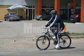Gheorghe Flutur se plimbă cu bicicleta prin oraş