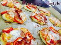 9 leckere MIni-Pizzen sind fertig: Der Käse ist zerlaufen und appetitlich ligen sie auf dem Blech bereit