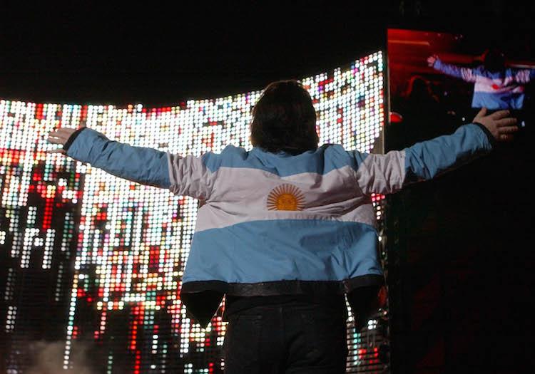 Bono con una chaqueta argentina