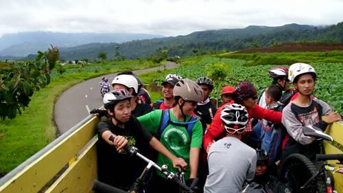 Meskipun ada 22 orang di atas truk + sepedanya masing-masing, terbilang cukup lah. Tapi ada resikonya, sepeda harus ditumpuk di atas sepeda lainnya. Kurang ber-peri-kesepedaan :D