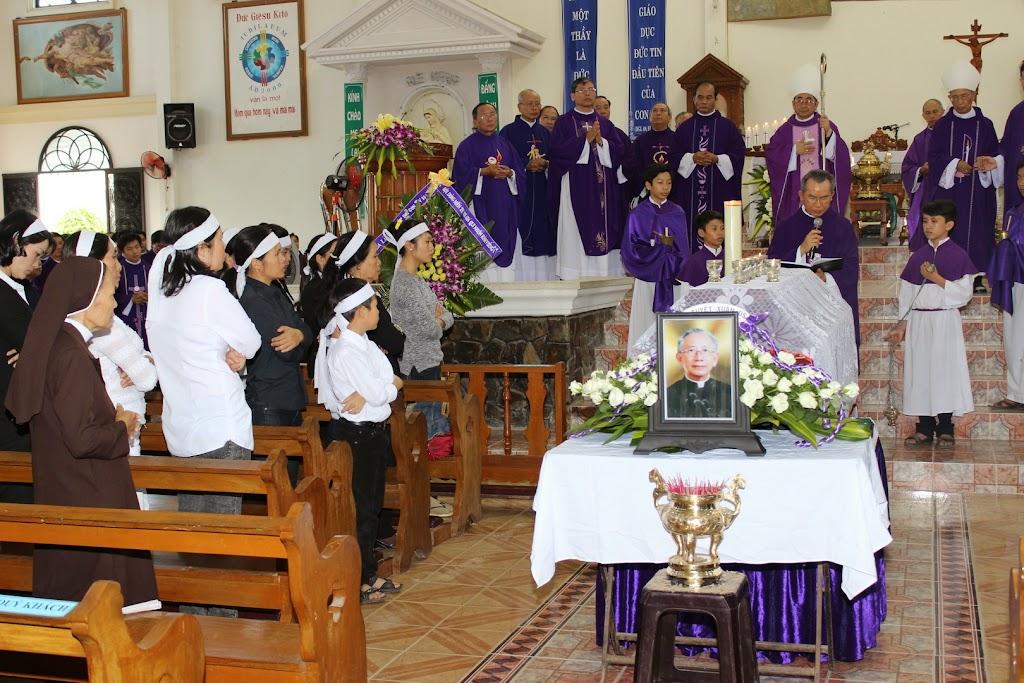 Nghi thức tẩm liệm và thánh lễ an táng Cha Alexis Nguyễn Thạch Ngọc tại Giáo xứ Cây Vông.