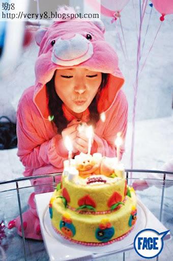 JM班朋友為佢搞咗個以動物為主題嘅生日 P慶祝,仲訂咗個肥豬蛋糕畀佢,而 JM亦好配合,著住粉紅 Pink Care Bear衫吹蠟燭許願, cute爆!