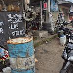 stacja paliw, sklep motoryzacyjny i warsztat. miejsce jakich w Indonezji wiele