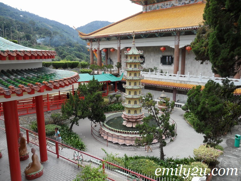 Kek Lok Si courtyard