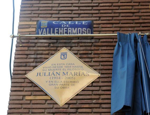 Placa Homenaje a Julián Marías en la calle Vallehermoso