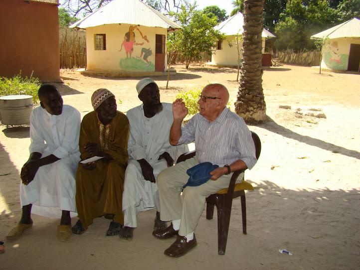 Albert Ballerini dialoga con los jefes de las aldeas