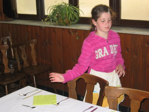 Deze meid checkt nog even of de tafels volledig in orde zijn, voor mama en papa aankomen.
