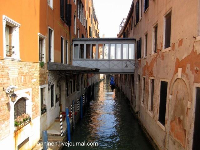 Очаровательный венецианский мостик, похожий на застекленную лоджию