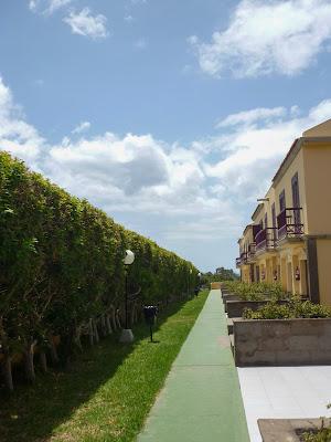 Bild der Eingänge der oberen Appartements im Maspalomas Oasis Club.
