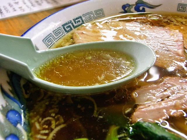 黒い中華蕎麦のスープは鶏ガラの濃厚な味わいが詰まってる
