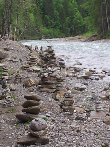 Bild von den aufgeschichteten Steinen am Ufer der Breitach