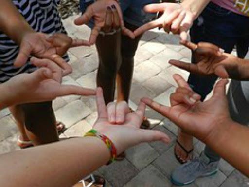 Servicio gratuito de intérpretes de lenguaje de signos para personas con discapacidad auditiva