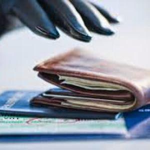 Bêbado furta carteira dentro de ônibus.