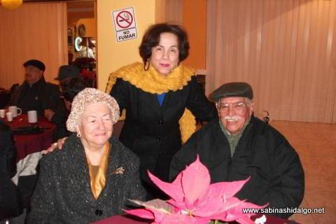 El Cronista de Sabinas Hidalgo y su esposa con la Secretaria de la organización