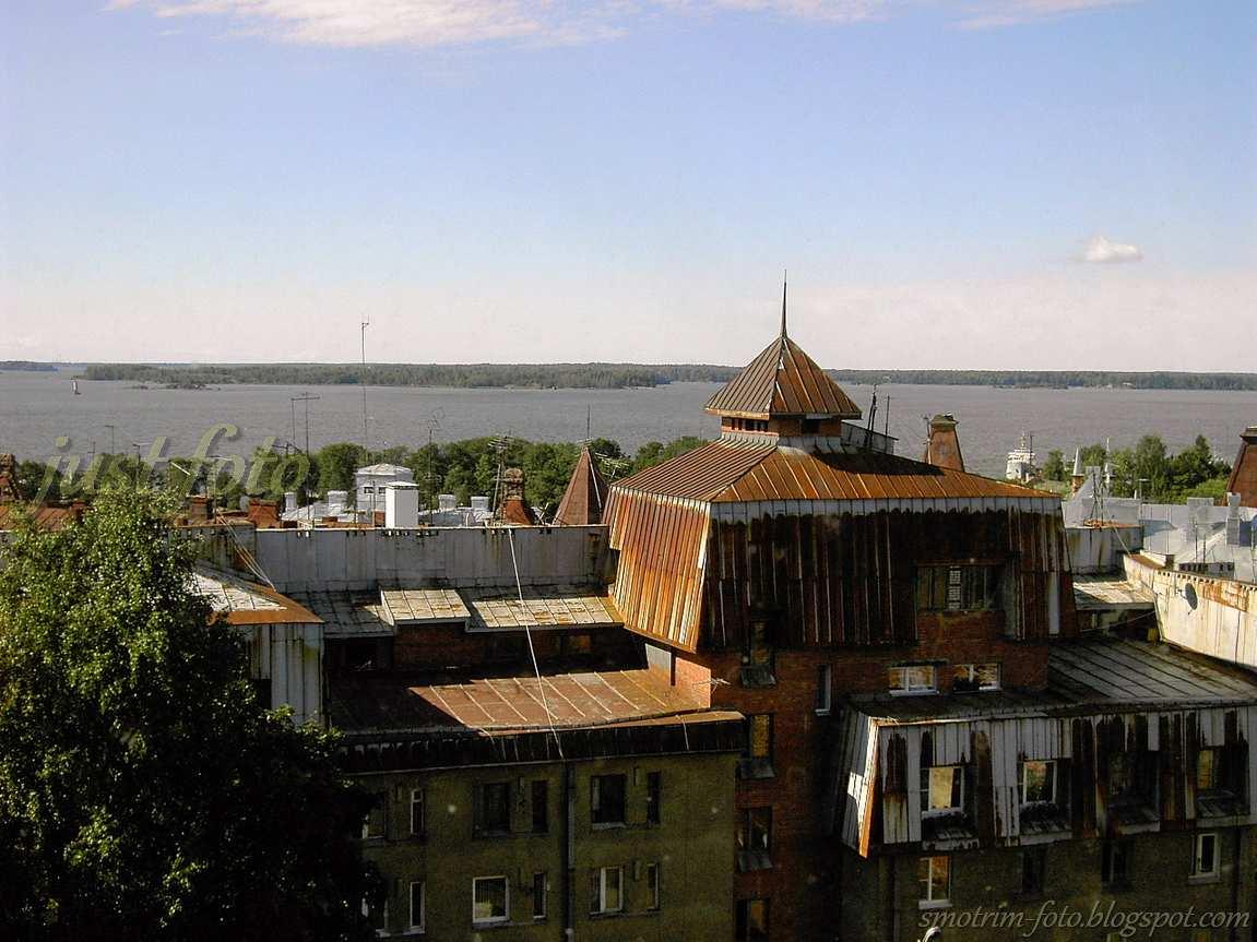 Часовая башня - вид на крыши Выборга фото