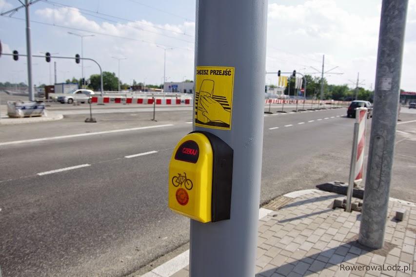 Przyciski już nowe - z emblematem roweru, ale naklejki dalej traktują rowerzystów jak pieszych.