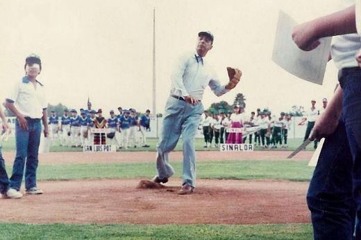 César L. Faz lanzando la primera bola en la inauguración del campeonato nacional menor de 1986