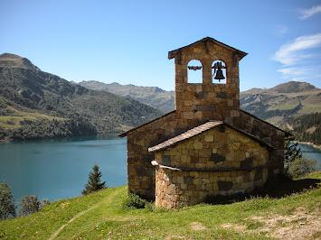 Chapelle au bord du Lac de Roselend