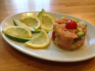 tartare di salmone e avocado con pomodorini