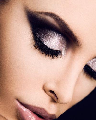 siyah buğulu göz makyajı resmi