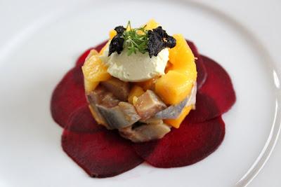 Matjestatar mit Mango auf Roter Bete – köstlich! | Arthurs Tochter kocht. Der Blog für Food, Wine, Travel & Love von Astrid Paul