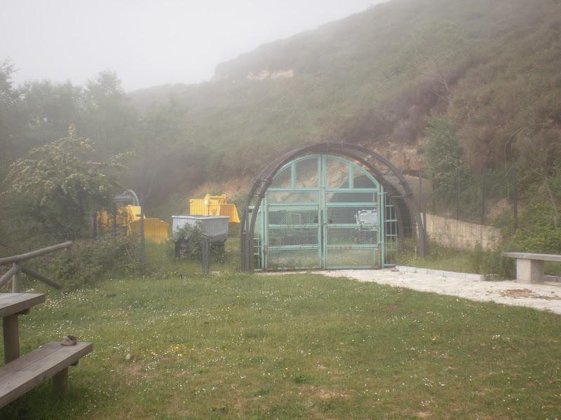 Area de descanso en un amanecer con niebla
