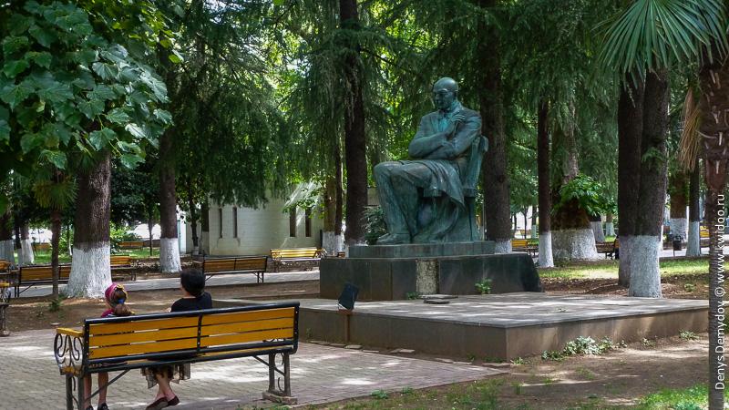 Памятник в центральном парке Кутаиси