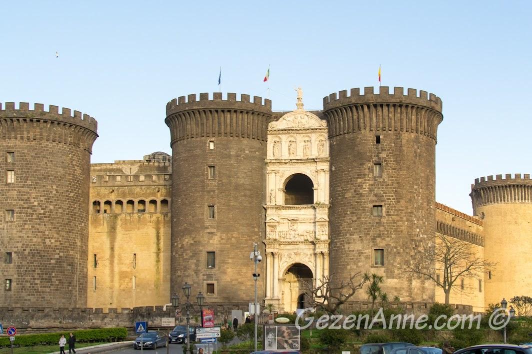 Napoli limandaki kale Castel Nuovo