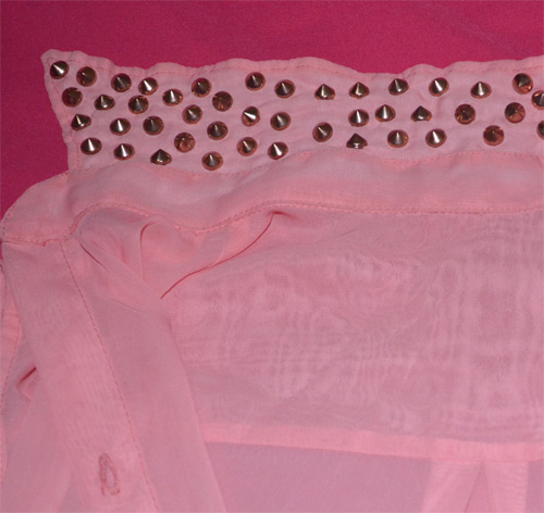 customização com tachinhas na gola da camisa