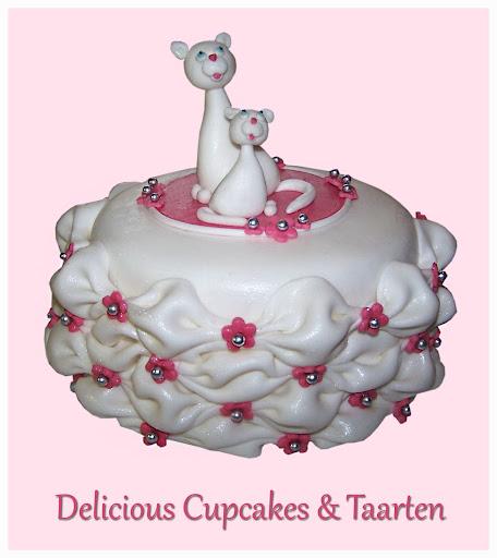 Chique Verjaardagstaart met Kussentjes om de taart heen.jpg
