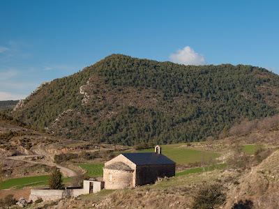 Ermita de Sant Joan, i al fons el Coll de Pallers, punt de sortida
