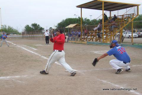 Sergio Ávila de Maypa Trucking en el softbol sabatino
