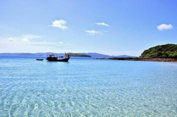 Lan nước trong xanh của đảo Quan Lạn