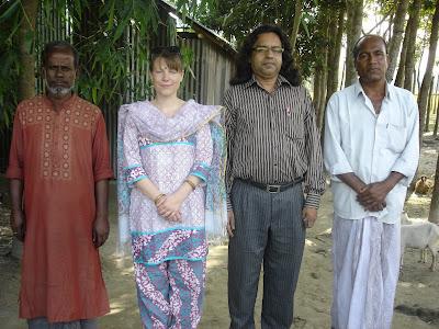 Von Links: Abdul Karim, ich und Badrul Alam in Joymonirhat