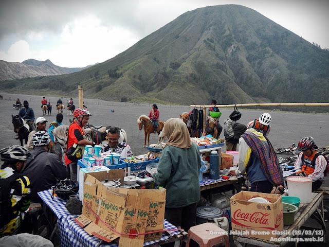 Penjual makanan di sekitar Pura Luhur Poten