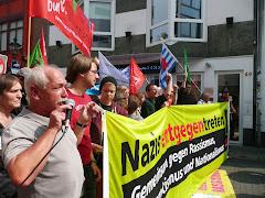 Demo gegen Rechts mit Fahnen und Transparent: »Nazis entgegen treten! Gemeinsam gegen Rassismus…«.