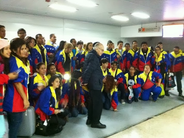 El maestro josé antonio abreu llegó al país en el mismo avión en el que viajaron los niños de la infantil nacional y el coro