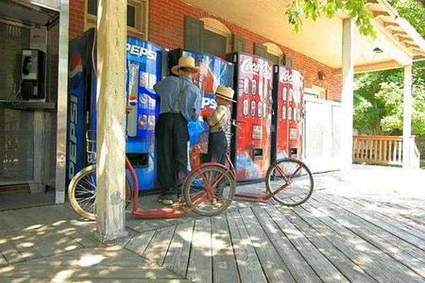 Amish a l'epicerie, en trottinette
