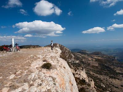 Contemplant el paisatge des del Tossal de les Torretes, cim del Montsec de Rúbies