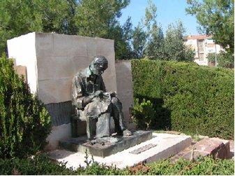 Estatua homenaje al maestro zapatero