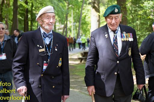 80 Britse taxi's met 160 Britse veteranen bezoeken het Oorlogsmuseum in Overloon 03-05-2014 (37).jpg