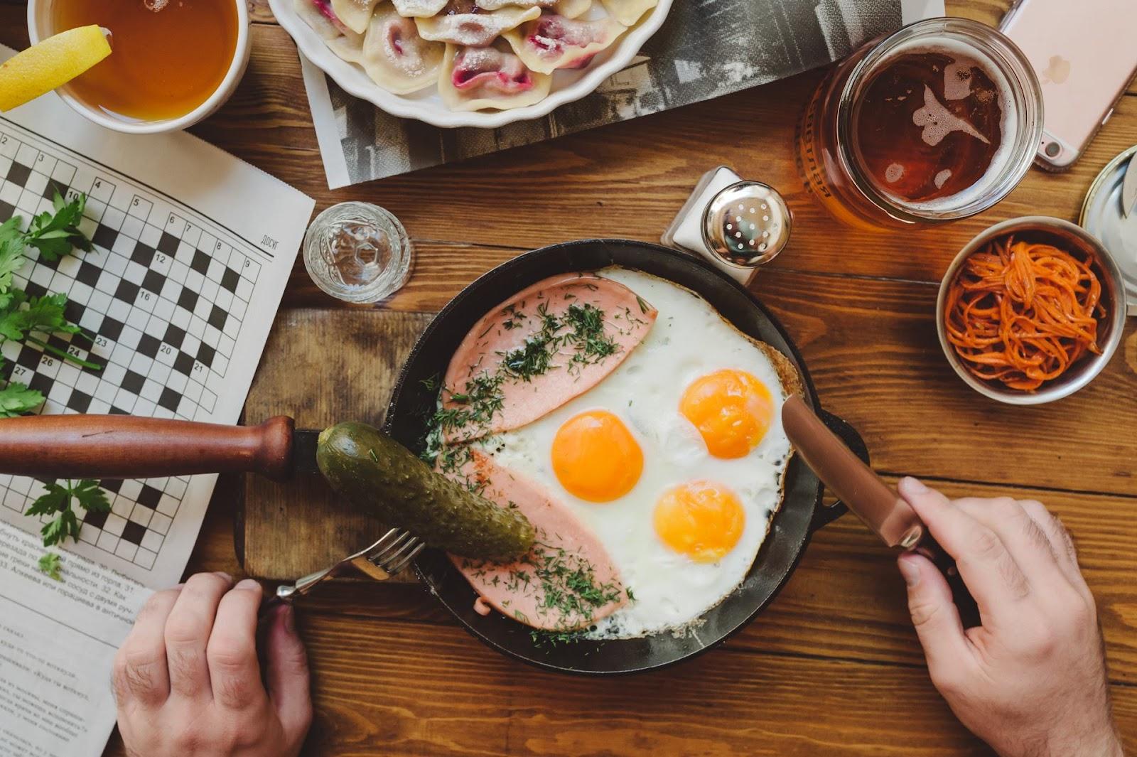Глазунья с докторской – чисто студенческий завтрак, который не нуждается в представлении.