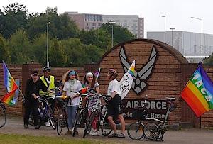 Bike for Peace vor der Air-Base Ramstein
