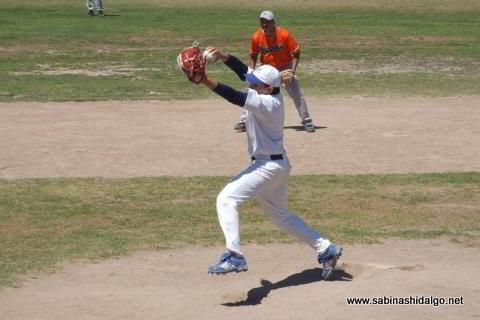 Adrián Leal García de Burócratas A en el softbol dominical