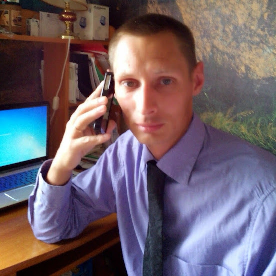 Виктор Бурьян - человек на телефоне. Через него проходят все, кто направляются на лечение от наркомании или алкоголизма в центры реабилитации