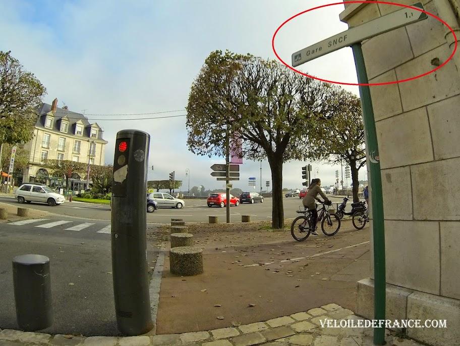 Exemple de panneau caché dans les villes comme ici à Blois -  La Loire à vélo sans prendre l'eau par veloiledefrance.com