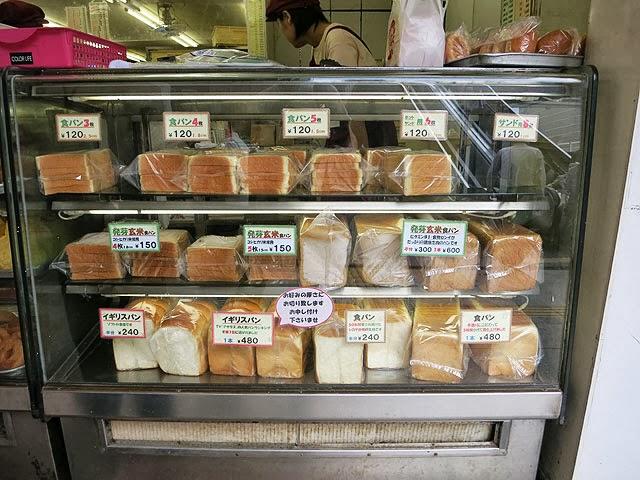 シロヤの食パンコーナー