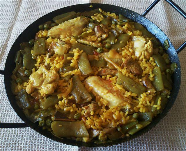 Paella valenciana de pollo y cerdo