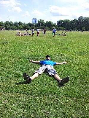 disfrutando del buen tiempo en Battersea Park